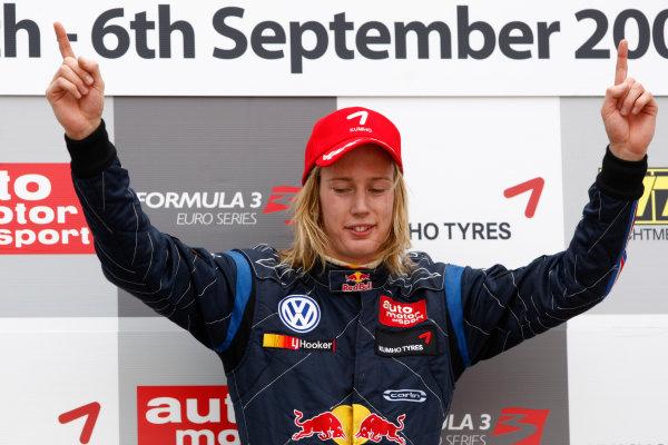 Brands Hatch, England.6th September 2009.Brendon Hartley (NZ, Carlin Motorsport) 1st, celebrates. Podium.World Copyright: Andrew Ferraro/LAT Photographicref: Digital Image_H0Y4362 jpg