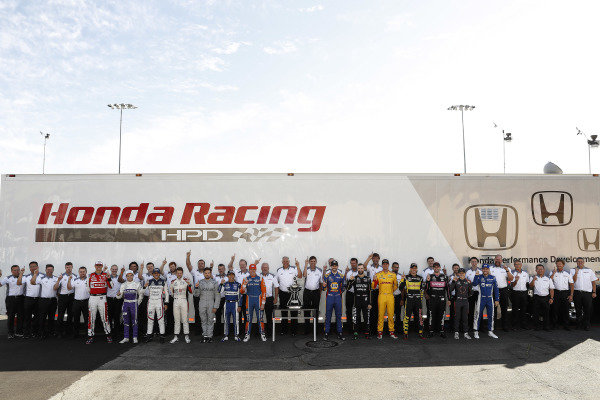 2018 Honda IndyCar drivers and engineers group with Manufacturers' Championship trophy