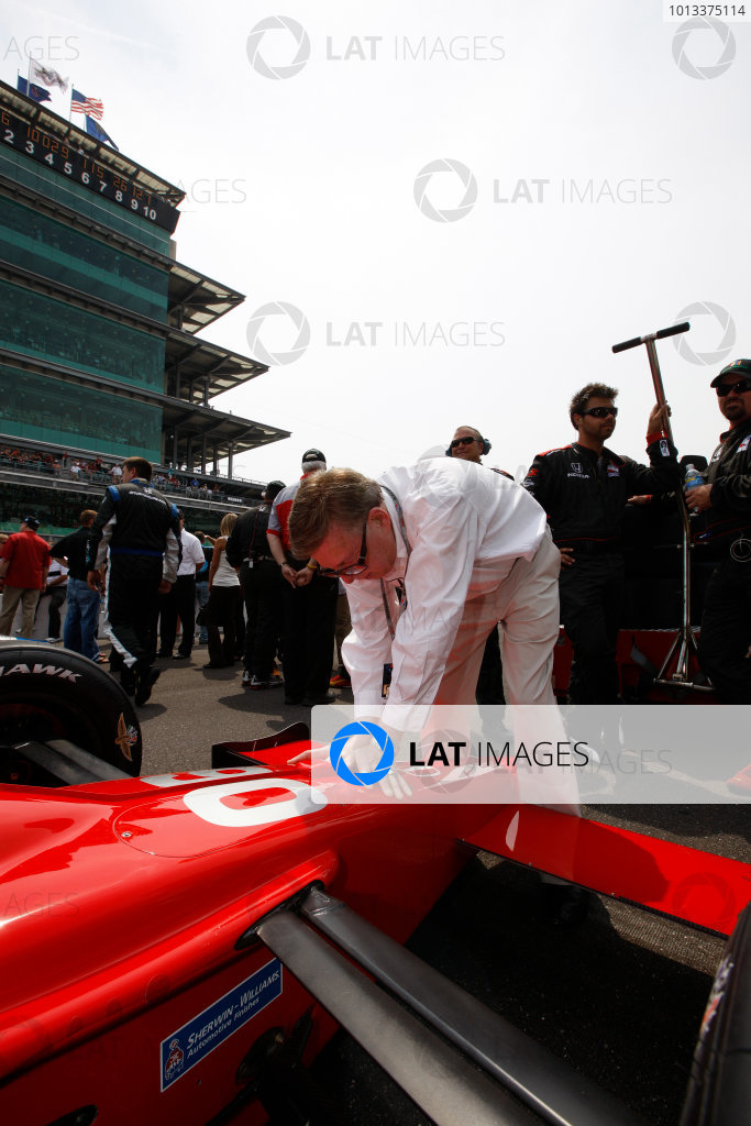 24 May, 2009, Indianapolis, Indiana, USACarl Haas unsuccessfully performs his blessing ritual on the Doornbos car©2009, Michael L. Levitt, USALAT Photographic