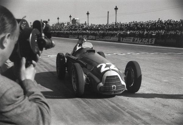 1951 Spanish Grand Prix.Pedralbes, Spain. 28 October 1951.Juan Manuel Fangio, Alfa Romeo 159, 1st position, action.World Copyright: LAT PhotographicRef: L51/62/27