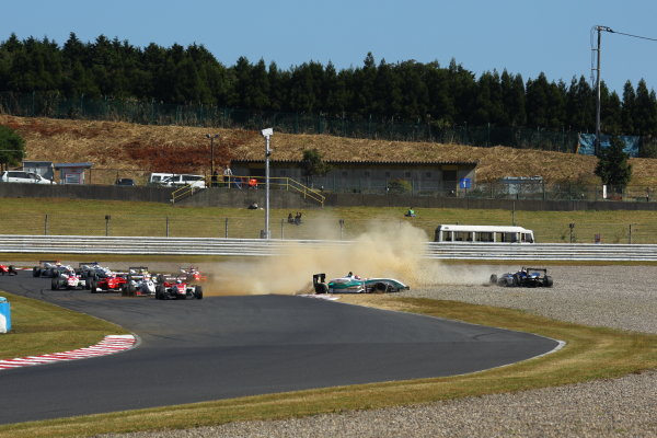 Round 15 & 16. AUTOPOLIS, Japan. 16th - 17th October 2010.Rd 16 Start of the race action. World Copyright:  Yasushi Ishihara/LAT Photographicref: 2010JF3_R16_006