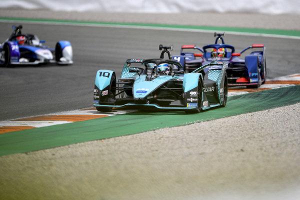 Sam Bird (GBR), Jaguar Racing, Jaguar I-TYPE 5, leads Robin Frijns (NLD), Envision Virgin Racing, Audi e-tron FE07