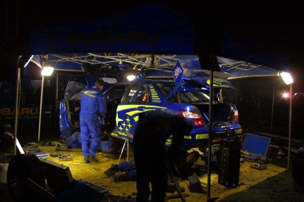 2001 FIA World Rally Championship.Rally Of Great Britain. Cardiff, Wales. November 22-25th.Subaru mecahnics prepare the car of Richard Burns.Service.Photo: Paul Dowker/LAT Photographic.World - LAT Photographic.
