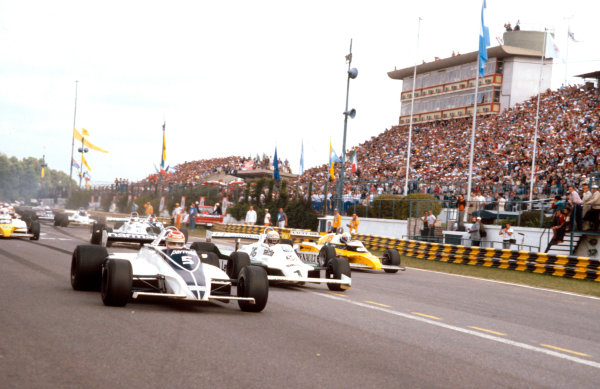 1981 Argentinian Grand Prix.Buenos Aires, Argentina.10-12 April 1981.Poleman Nelson Piquet (Brabham BT49C Ford) leads Alan Jones (Williams FW07C) who has overtaken Alain Prost (Renault RE20B) at the start.Ref-81ARG 01.World Copyright - LAT Photographic