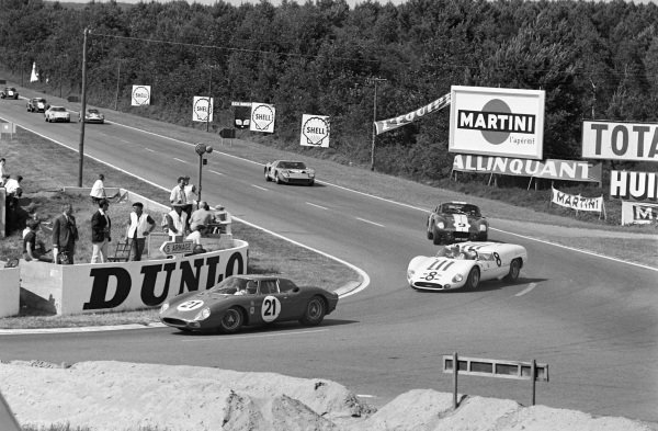 Masten Gregory / Jochen Rindt / Ed Hugus, North American Racing Team, Ferrari 275LM, leads Jo Siffert / Jochen Neerpasch, J.H. Simone, Maserati Tipo 65, Jerry Grant / Dan Gurney, Shelby-American Inc, Shelby Cobra Daytona, and Sir John Whitmore / Innes Ireland, Ford Advanced Vehicles / Alan Mann, Ford GT40 Mk.I.