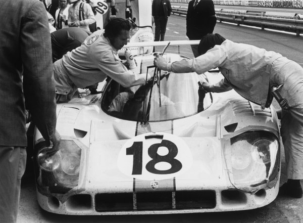 Le Mans, France. 12th - 13th June 1971.Pedro Rodriguez/Jackie Oliver (Porsche 917L), retired, pit stop, action. World Copyright: LAT Photographic.Ref: 3811 - 11.