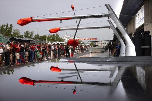 Circuit Gilles Villeneuve, Montreal, Canada 9th June 2011 Fans gather in the pitlane. Atmosphere. World Copyright: Steve Etherington/LAT Photographic ref: Digital Image SNE27581
