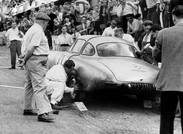 1952 Le Mans 24 Hours.Le Mans, France. 14-15 June 1952.Hermann Lang/ Fritz Riess (Mercedes-Benz 300SL), 1st position, pit stop  action.World Copyright: LAT Photographic
