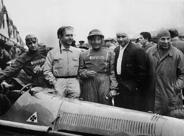 Silverstone, England. 5th May 1951.L to R: Consalvo Sanesi, Guiseppe Farina, Felice Bonetto, Juan Manuel Fangio, and Alfa team boss Guidotti, portrait.World Copyright: LAT Photographic.