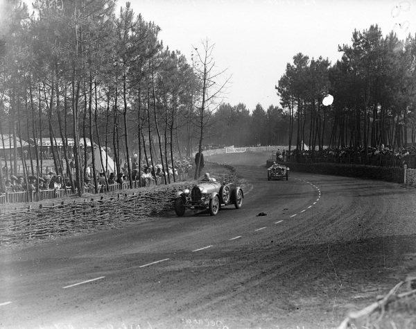 Max Fourney / Louis Decaroli, M. Bayard, Bugatti T55 leads Earl Howe / Tim Rose-Richards, Alfa Romeo 8C 2300 LM.