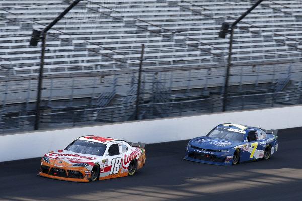 #18: Kyle Busch, Joe Gibbs Racing, Toyota Supra Combos #7: Justin Allgaier, JR Motorsports, Chevrolet Camaro Suave Men
