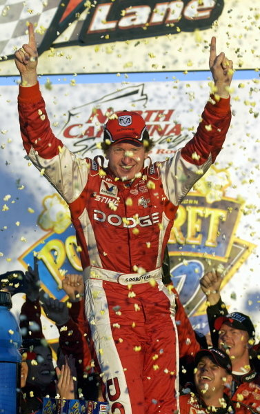 Bill Elliott (USA), Dodge Dealers, celebrates with a popcorn shower in victory lane.