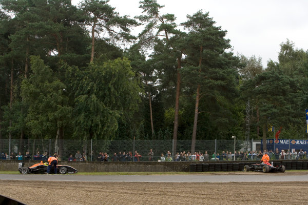 Henkie Waldschmidt, SG Formula and Richard Philippe, Carlin Motorsport spin out.Action. World Copyright: Drew Gibson/LATref: Digital Image _Y2Z3689