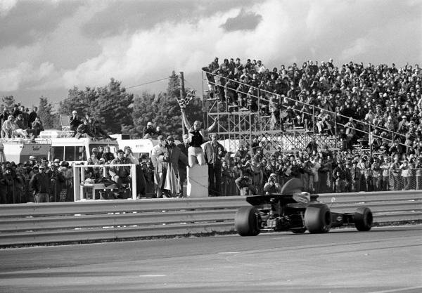 Jackie Stewart(GBR) Tyrrell 005, takes the chequered flag from Tex Hopkins to win US GP, Watkins Glen, 8 October 1972