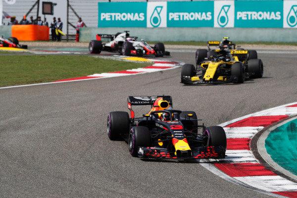 Daniel Ricciardo, Red Bull Racing RB14 Tag Heuer, leads Nico Hulkenberg, Renault Sport F1 Team R.S. 18., and Carlos Sainz Jr., Renault Sport F1 Team R.S. 18.