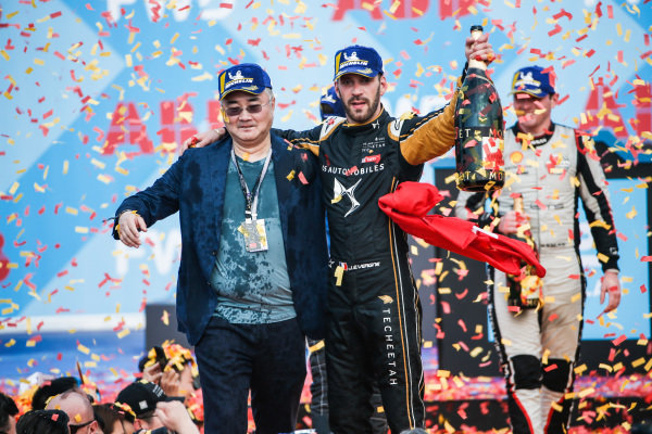 Jean-Eric Vergne (FRA), DS TECHEETAH, celebrates with a team representative on the podium