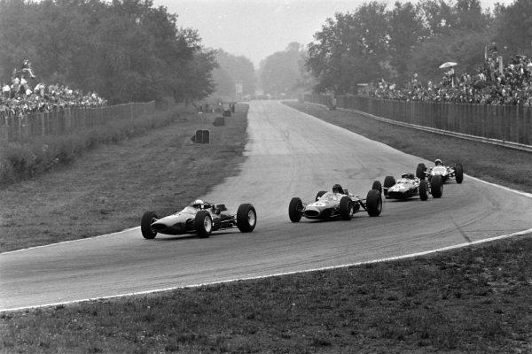 John Surtees, Ferrari 158, leads Dan Gurney, Brabham BT7 Climax, Jim Clark, Lotus 25 Climax, and Bruce McLaren, Cooper T73 Climax.