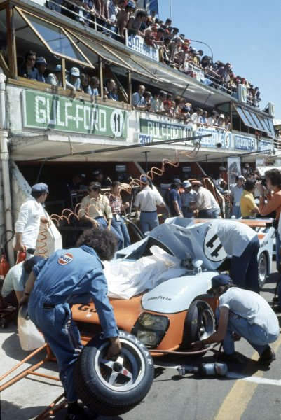1975 Le Mans 24 hours.Le Mans, France. 14-15 June 1975.Jacky Ickx/Derek Bell (Gulf Mirage GR8-Ford), 1st position, in the pits.World Copyright: LAT PhotographicRef: 35mm transparency 75LM02