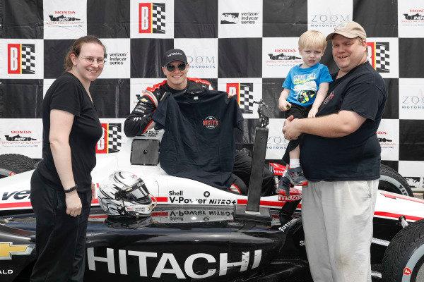 Josef Newgarden, Team Penske Chevrolet, podium, Rusty's BBQ award with Beth, Jonathan, and Thomas Tucker