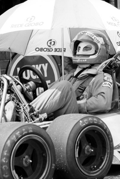 Patrick Depailler (FRA) Tyrrell P34B shelters from the sun.South African Grand Prix, Kyalami, South Africa. 5 March 1977.
