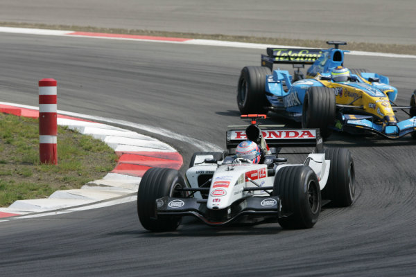 2005 European Grand Prix - Sunday RaceNurburgring, Germany 29th May 2005Jenson Button, BAR Honda 007, leads Giancarlo Fisichella, Renault R25, action World Copyright: Charles Coates/LAT Photographic ref:Digital Image Only (a high res version is available on request)