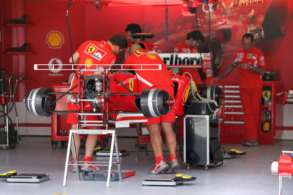 2005 Bahrain Grand Prix - Thursday Preview, Bahrain International Circuit, Manama, Bahrain. 31st March 2005 The Ferrarri team busily prepare the F2005 for what will be the cars first grand prix of th eyear.World Copyright: Steve Etherington/LAT Photographic ref: 48mb Hi Res Digital Image Only