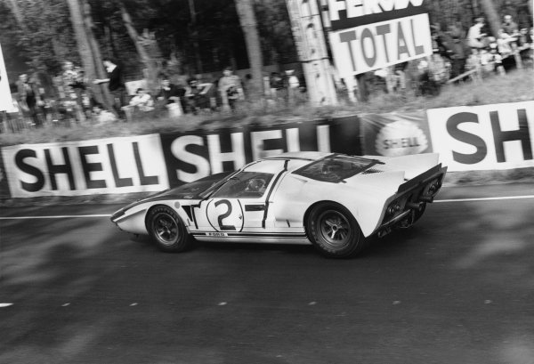Le Mans, France. 19th - 20th June 1965.Phil Hill/Chris Amon (Ford GT40 MkII), retired, action. World Copyright: LAT PhotographicRef: L65 - 263 - 35.