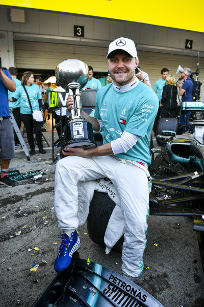 Race winner Valtteri Bottas, Mercedes AMG F1 with the trophy during the team photograph