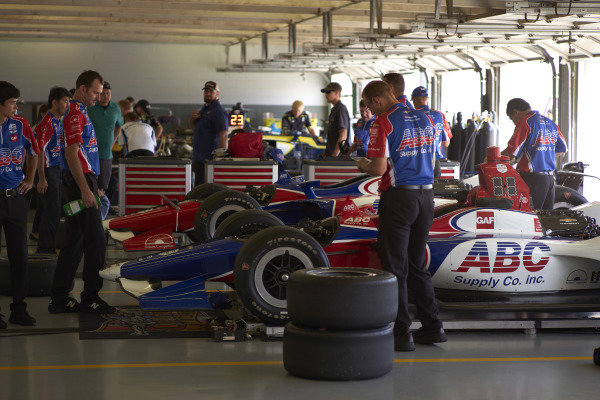 Matheus Leist, A.J. Foyt Enterprises Chevrolet, Tony Kanaan, A.J. Foyt Enterprises Chevrolet, crew, garage