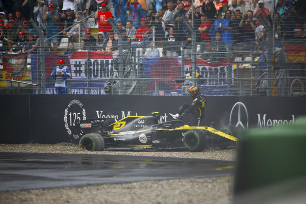 Nico Hulkenberg, Renault R.S. 19 hits the wall at retires from the race