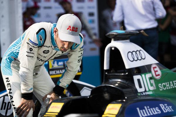 Sébastien Buemi (SUI), Renault e.Dams, Renault Z.E 17, checks out the car of Lucas Di Grassi (BRA), Audi Sport ABT Schaeffler, Audi e-tron FE04.