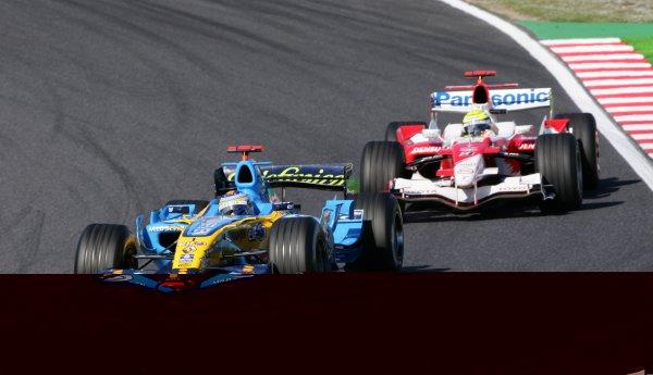 2006 Japanese Grand Prix - Sunday Race,  Suzuka, Japan. Fernando Alonso, Renault R26, 1st position, leads Ralf Schumacher, Toyota TF106B, 7th position, action. 8th October 2006  World Copyright: Steve Etherington/LAT Photographic  ref: 48mb Hi Res Digital Image Only