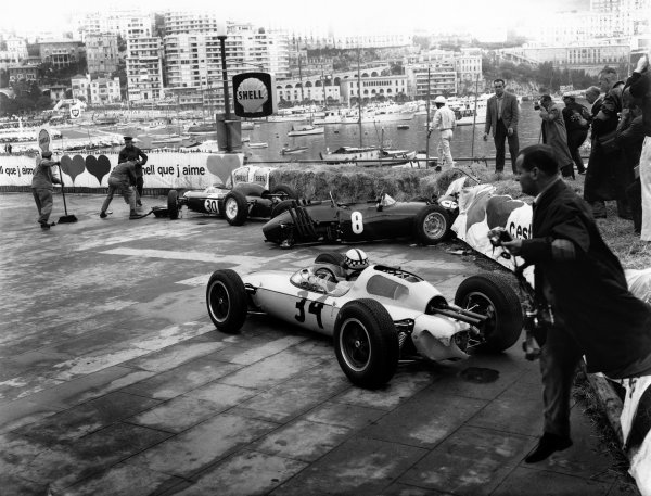 Monte Carlo, Monaco. 31 May- 3rd June 1962.Innes Ireland (Lotus 24-Climax), retired, avoids the wrecked cars of Richie Ginther (BRM P57) and Maurice Trintignant (Lotus 24-Climax),  action.World Copyright: LAT Photographic.Ref: C66005