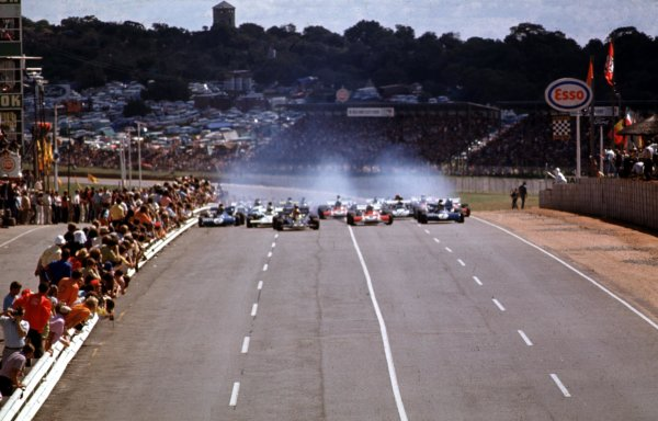 1972 South African Grand Prix.Kyalami, South Africa.2-4 March 1972.Emerson Fittipaldi (Lotus 72D Ford), Clay Regazzoni (Ferrari 312B2), Jackie Stewart (Tyrrell 003 Ford), Denny Hulme (McLaren M19A Ford) and Francois Cevert (Tyrrell 002 Ford) lead at the start.Ref-72 SA 35.World Copyright - LAT Photographic