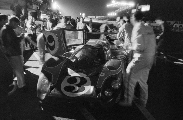 Gèrard Larrousse / Willibert Kauhsen, Martini International Racing Team, Porsche 917 LH - Porsche 912, makes a pitstop.