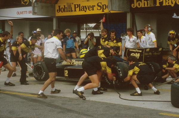 Jacarepagua, Rio de Janeiro, Brazil.21-23 March 1986.Ayrton Senna (Lotus 98T Renault) takes a pitstop on the way to 2nd position.Ref-86 BRA 02.World Copyright - LAT Photographic