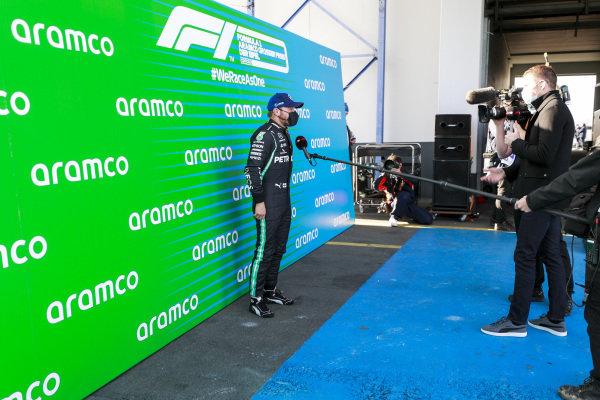Pole Sitter Valtteri Bottas, Mercedes-AMG Petronas F1 in Parc Ferme talking with Paul di Resta, Sky, TV