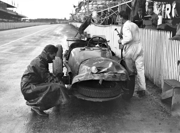 1935 Le Mans 24 hours. Le Mans, France. 15-16 June 1935. Aston Martin in the pits. World Copyright: LAT Photographic Ref: Autocar Glass Plate C6508