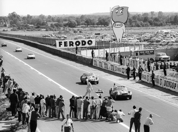Race winners Phil Hill (USA) / Olivier Gendebien (BEL) Ferrari 330 TRI/LM #6 cross the line at the end of the race. Le Mans 24 Hours, Le Mans, France, 23-24 June 1962.