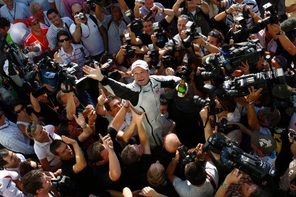 Autodromo Nazionale di Monza, Monza, Italy. 13th September 2009. Rubens Barrichello, Brawn GP BGP001 Mercedes, 1st position, celebrates with the Brawn GP team. Portrait. World Copyright: Andrew Ferraro/LAT Photographic ref: Digital Image _H0Y4825