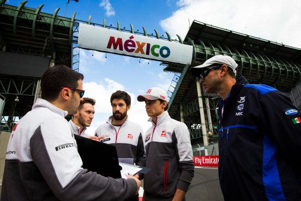 Autodromo Hermanos Rodriguez, Mexico City, Mexico. Thursday 27 October 2016. Esteban Gutierrez, Haas F1, walks the the track with his team. World Copyright: Sam Bloxham/LAT Photographic ref: Digital Image _SBB2341