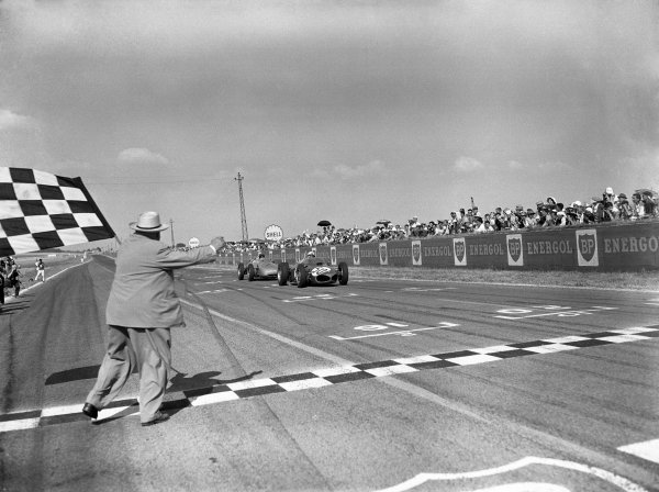 1961 French Grand Prix.Reims, France. 30 June-2 July 1961.Giancarlo Baghetti (Ferrari 156) closely followed by Dan Gurney (Porsche 718), takes the chequered flag for 1st position and his maiden win on his Grand Prix debut. Published-Autocar 7/7/1961 p23. Ref-C62374.World Copyright - LAT Photographic