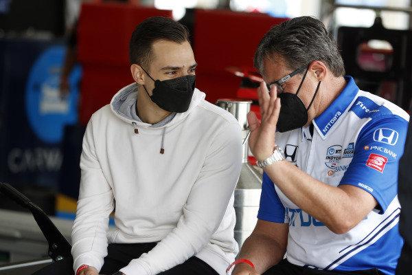 #10: Alex Palou, Chip Ganassi Racing Honda talks with crew chief Ricky Davis