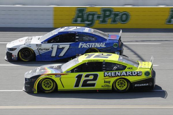 #12: Ryan Blaney, Team Penske, Ford Mustang Menards/Sylvania, #17: Chris Buescher, Roush Fenway Racing, Ford Mustang Fastenal