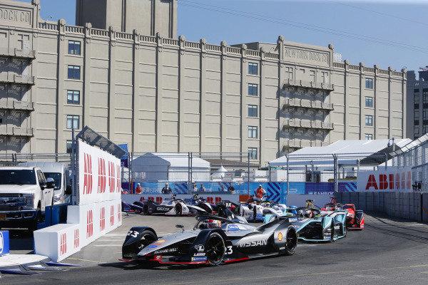 Sébastien Buemi (CHE), Nissan e.Dams, Nissan IMO1, leads Alex Lynn (GBR), Panasonic Jaguar Racing, Jaguar I-Type 3, at the start of the race