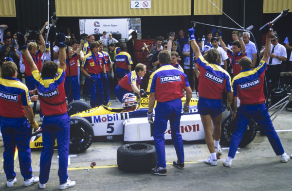 Nigel Mansell, Williams FW11B Honda, makes a pitstop.