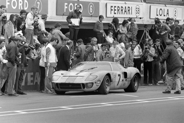 David Hobbs / Mike Hailwood, John Wyer Automotive Engineering, Ford GT40, leaves the pits.