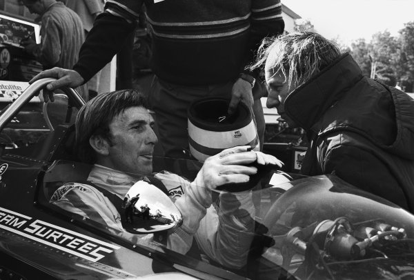 Watkins Glen, New York, USA. 4th October 1970.Derek Bell (Surtees TS7-Ford), 6th position, chats with team boss John Surtees before the race, portrait. World Copyright: LAT Photographic.Ref:  3348 - 7