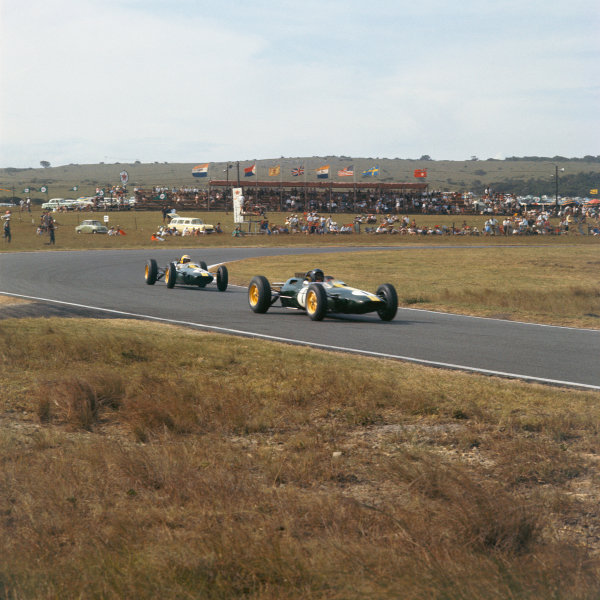 East London, South Africa. 26-28 December 1963. Jim Clark leads Trevor Taylor (both Lotus 25 Climax). Clark finished in 1st position. Ref-3/1102. World Copyright - LAT Photographic