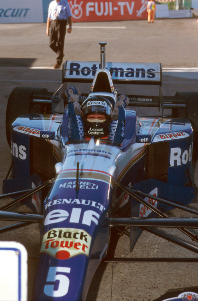 Suzuka, Japan.11-13 October 1996.Damon Hill (Williams Renault) 1st position, celebrates being the new World Champion in parc ferme. Ref-96 JAP 15.World Copyright - LAT Photographic